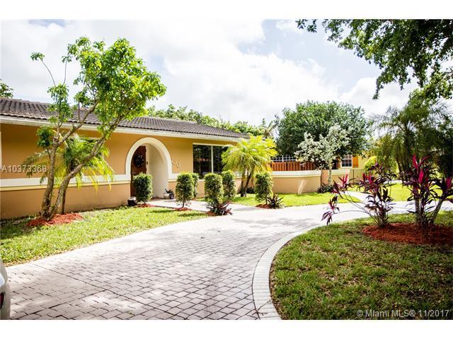 700 Gardenia Ln, Plantation, FL 33317 (MLS #A10373368) :: The Teri Arbogast Team at Keller Williams Partners SW