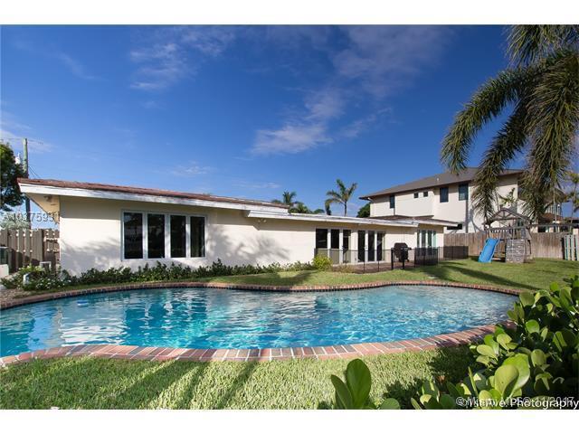 2816 NE 26th St, Fort Lauderdale, FL 33305 (MLS #A10375931) :: Stanley Rosen Group