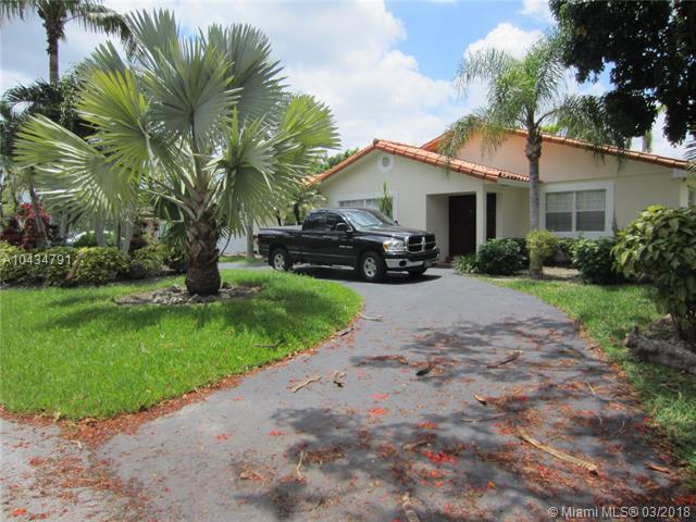 10690 SW 137  St, Miami, FL 33176 (MLS #A10434791) :: The Erice Group