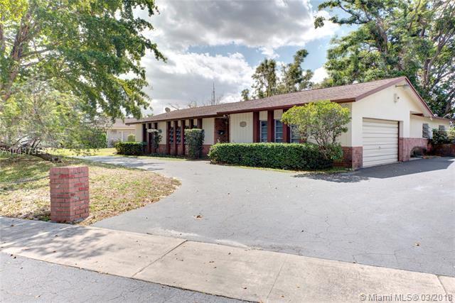 921 SW 70th Ave, Plantation, FL 33317 (MLS #A10437353) :: Stanley Rosen Group