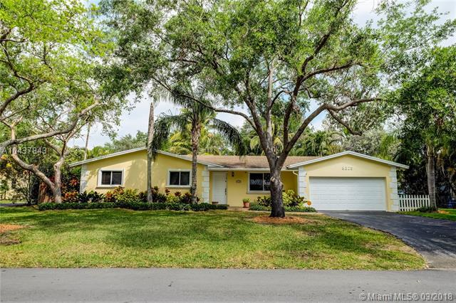 8325 SW 163rd St, Palmetto Bay, FL 33157 (MLS #A10437843) :: The Erice Group