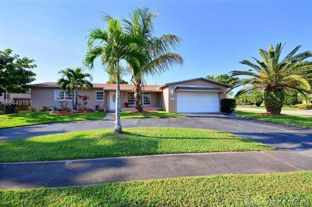 11040 NW 21st St, Pembroke Pines, FL 33026 (MLS #A10449191) :: Green Realty Properties