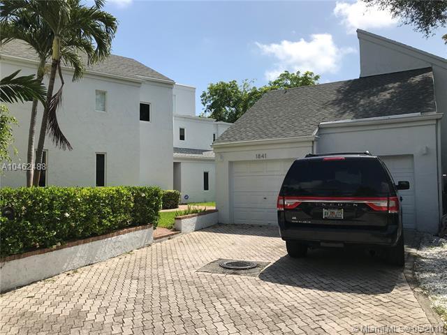 1841 S Oak Haven Cir, Miami, FL 33179 (MLS #A10462488) :: Green Realty Properties