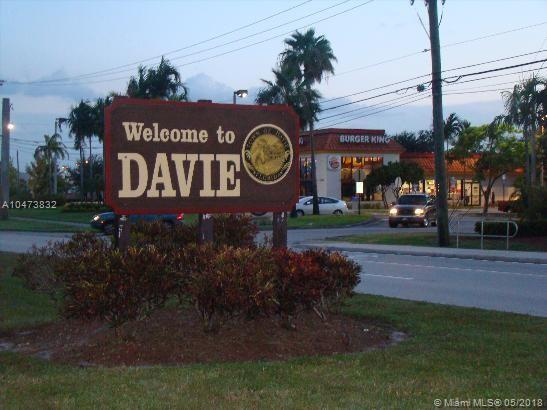 14050 SW 36th Ct, Davie, FL 33330 (MLS #A10473832) :: Laurie Finkelstein Reader Team