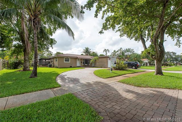 701 Petunia Dr, Plantation, FL 33317 (MLS #A10475182) :: The Chenore Real Estate Group