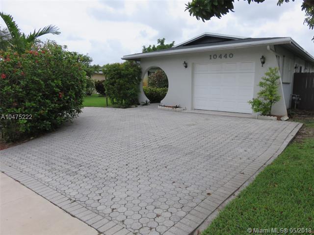 10440 NW 20th St, Pembroke Pines, FL 33026 (MLS #A10475222) :: Stanley Rosen Group