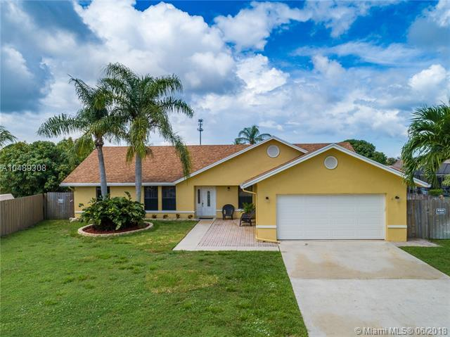 68 Cedar Ln, Boynton Beach, FL 33436 (MLS #A10489308) :: Green Realty Properties