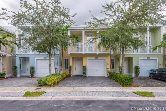 10722 NW 76th Ln, Doral, FL 33178 (MLS #A10489439) :: The Teri Arbogast Team at Keller Williams Partners SW