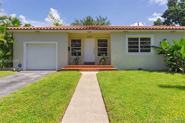 925 NE 118 St, Biscayne Park, FL 33161 (MLS #A10503285) :: The Jack Coden Group