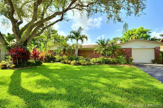 10920 NW 15th St, Pembroke Pines, FL 33026 (MLS #A10505981) :: The Riley Smith Group