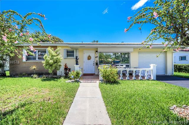 1242 Taylor St, Hollywood, FL 33019 (MLS #A10538578) :: Stanley Rosen Group