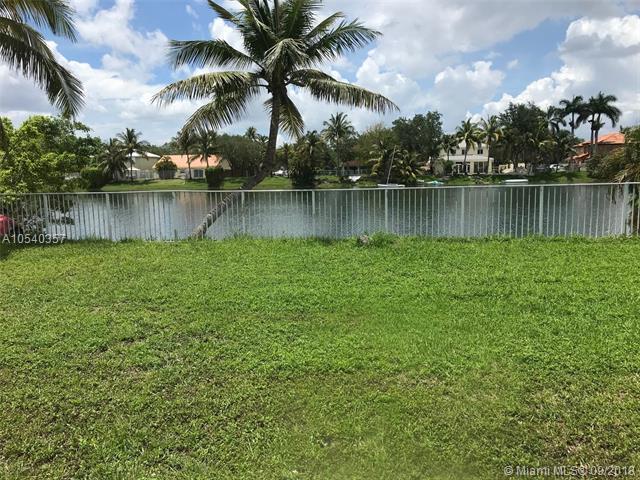 8849 NW 189TH TER, Miami Lakes, FL 33018 (MLS #A10540357) :: Albert Garcia Team