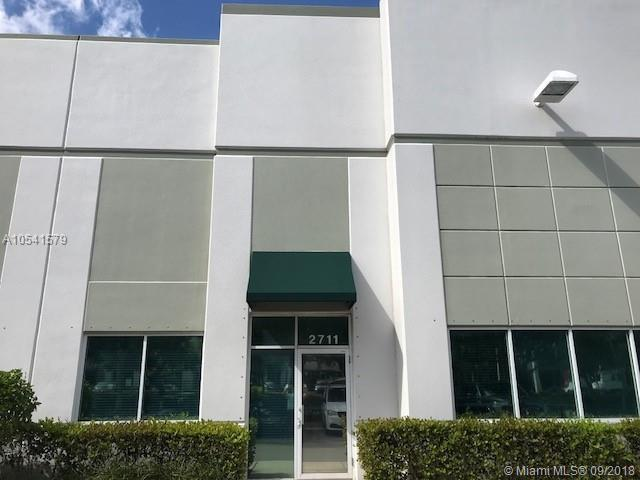 2711 NW 19th St, Pompano Beach, FL 33069 (MLS #A10541579) :: Green Realty Properties