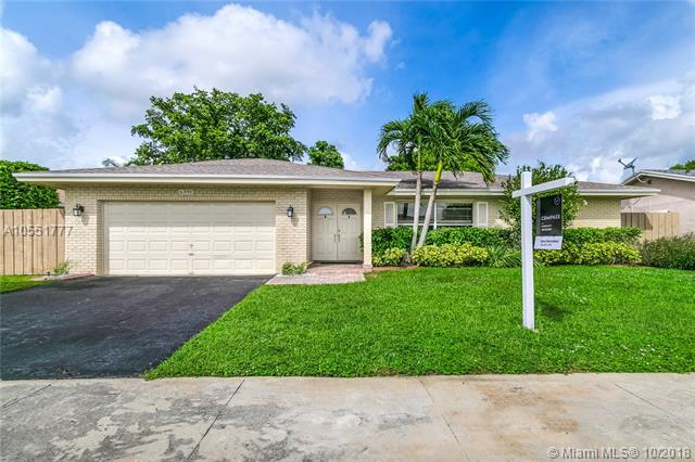 6391 NW 90th Ave, Tamarac, FL 33321 (MLS #A10551777) :: Green Realty Properties