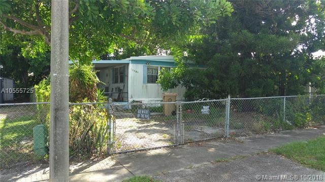 13530 SW 7th Pl, Davie, FL 33325 (MLS #A10555725) :: Green Realty Properties