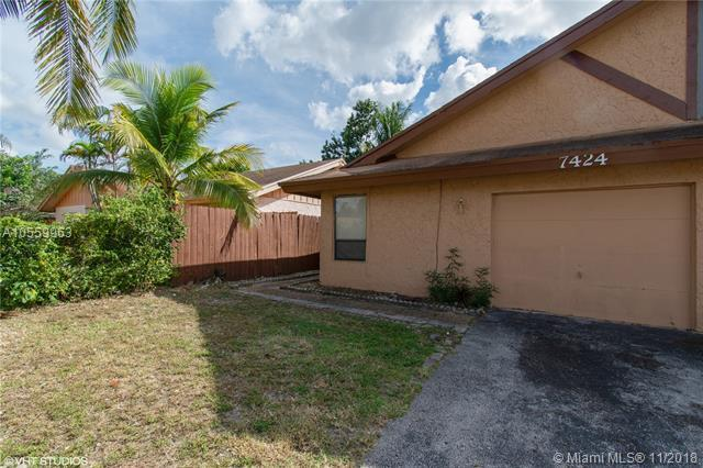 7424 SW 14th Ct, North Lauderdale, FL 33068 (MLS #A10559963) :: Laurie Finkelstein Reader Team