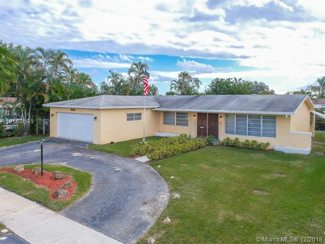 4712 Taft St, Hollywood, FL 33021 (MLS #A10568691) :: United Realty Group