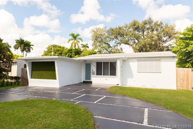 3221 Johnson St, Hollywood, FL 33021 (MLS #A10571013) :: The Chenore Real Estate Group