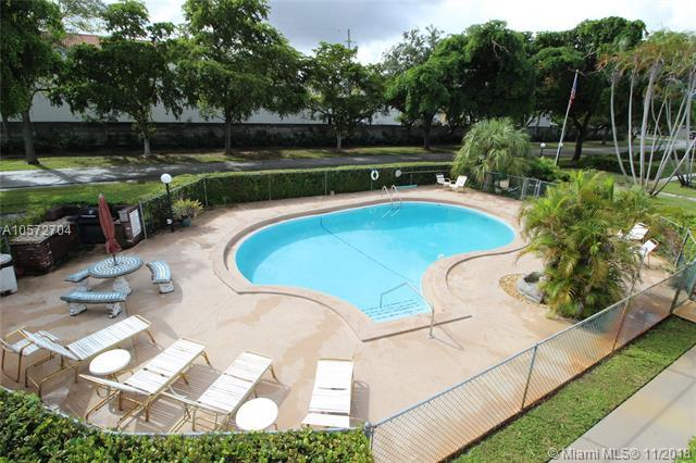 3701 Tyler St #204, Hollywood, FL 33021 (MLS #A10572704) :: The Riley Smith Group