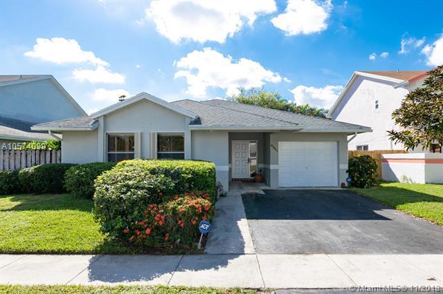 9940 SW 11th St, Pembroke Pines, FL 33025 (MLS #A10574099) :: Green Realty Properties