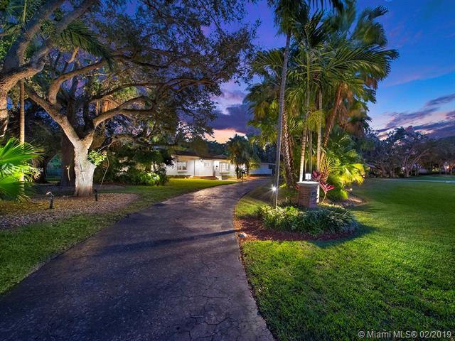 5890 SW 117th St, Coral Gables, FL 33156 (MLS #A10618934) :: The Paiz Group