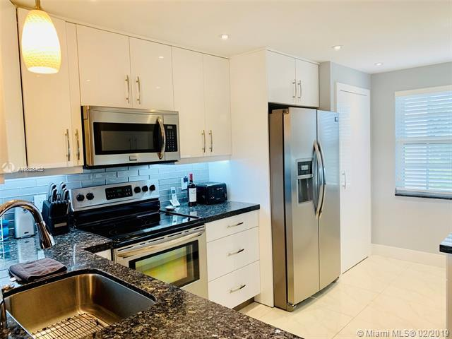 535 Oaks Dr #408, Pompano Beach, FL 33069 (MLS #A10628402) :: The Brickell Scoop