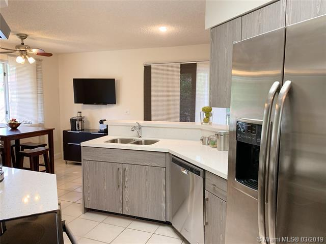 9306 NW 9th Pl 27-C-2L, Plantation, FL 33324 (MLS #A10642896) :: The Riley Smith Group