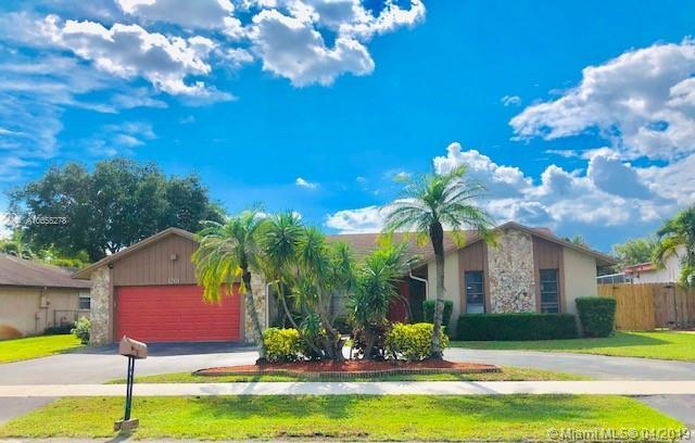 1261 NW 78th Ter, Plantation, FL 33322 (MLS #A10655278) :: The Paiz Group