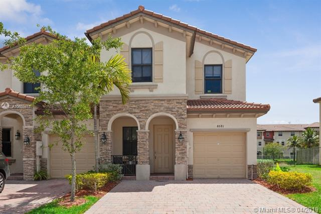 8681 NW 98th Ave, Doral, FL 33178 (MLS #A10659417) :: The Paiz Group