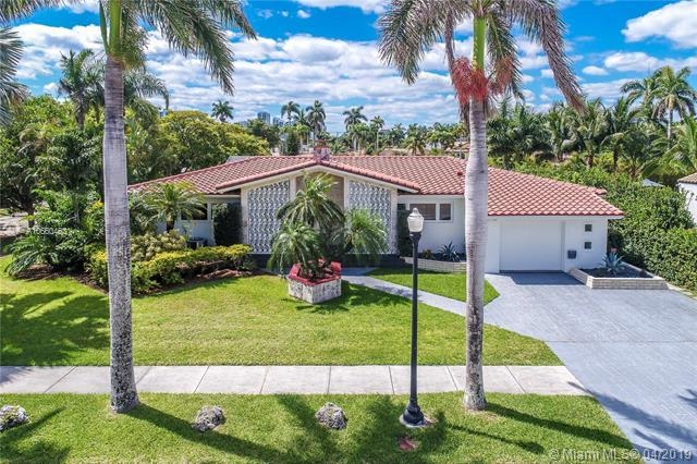 800 Tyler St, Hollywood, FL 33019 (MLS #A10660463) :: The Paiz Group