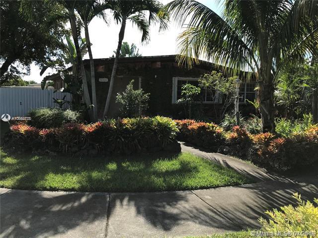 9300 SW 53rd St, Miami, FL 33165 (MLS #A10660778) :: Laurie Finkelstein Reader Team