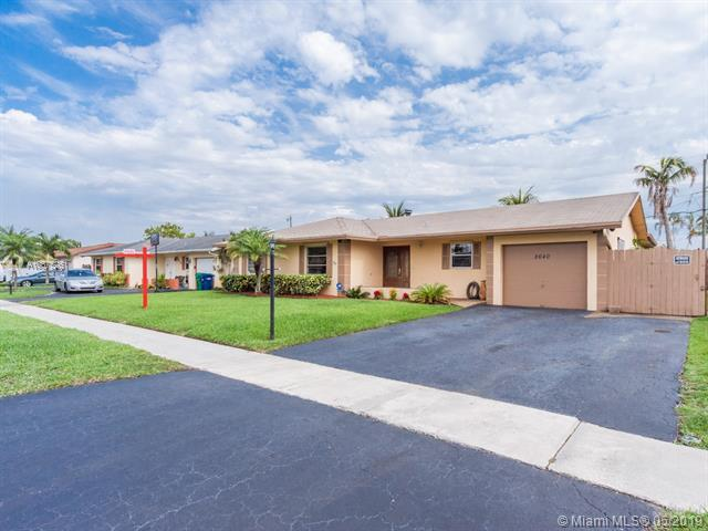 8640 NW 46th St, Lauderhill, FL 33351 (MLS #A10675261) :: RE/MAX Presidential Real Estate Group