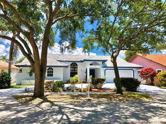 8012 NW 164th Ter, Miami Lakes, FL 33016 (MLS #A10683400) :: RE/MAX Presidential Real Estate Group