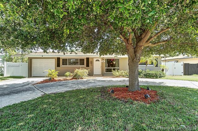 305 NE 28th Ter, Boca Raton, FL 33431 (MLS #A10683886) :: Grove Properties