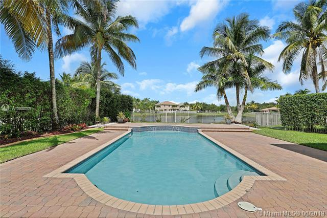 1018 Waterside Cir, Weston, FL 33327 (MLS #A10688009) :: The Brickell Scoop