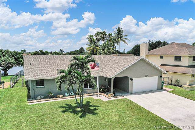 5561 SW 82nd Ave, Davie, FL 33328 (MLS #A10709408) :: The Teri Arbogast Team at Keller Williams Partners SW