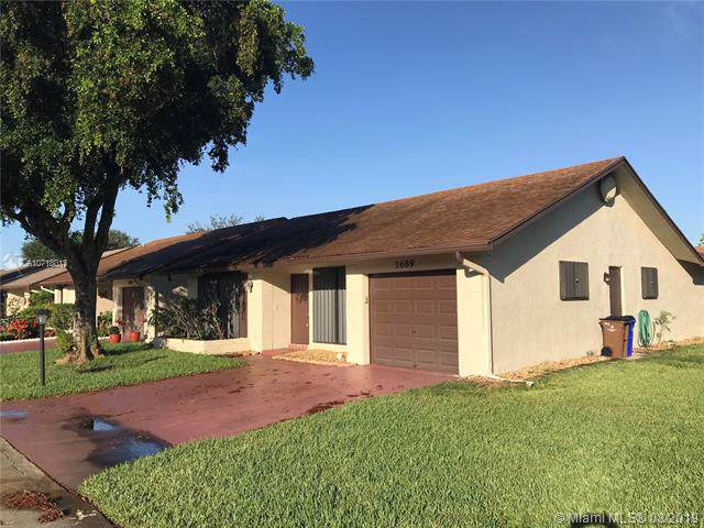 1689 SW 19th Ave, Deerfield Beach, FL 33442 (MLS #A10718013) :: Ray De Leon with One Sotheby's International Realty