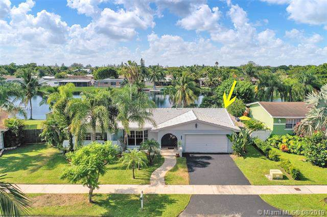 8224 SW 201st Ter, Cutler Bay, FL 33189 (MLS #A10727414) :: The Erice Group