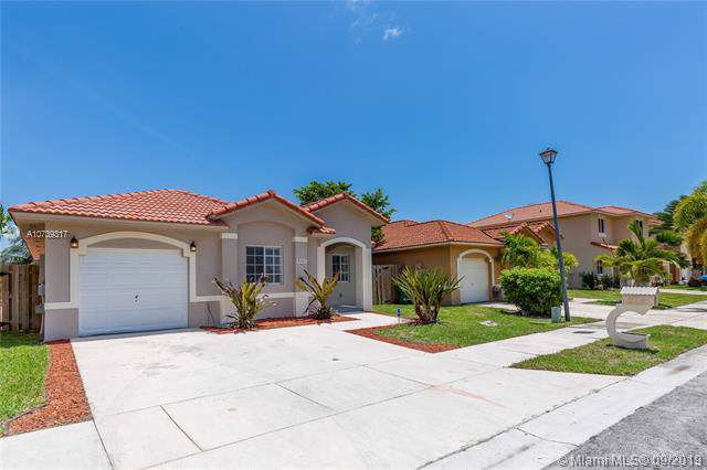 8965 SW 214th St, Cutler Bay, FL 33189 (MLS #A10739317) :: Laurie Finkelstein Reader Team