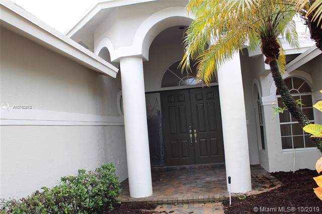 2717 Edgewater Ct, Weston, FL 33332 (MLS #A10753512) :: Ray De Leon with One Sotheby's International Realty