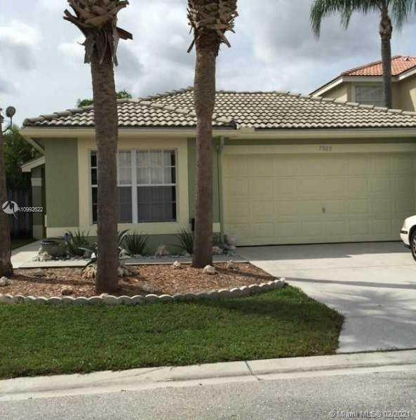7063 Middlebury Dr, Boynton Beach, FL 33436 (MLS #A10992622) :: Laurie Finkelstein Reader Team