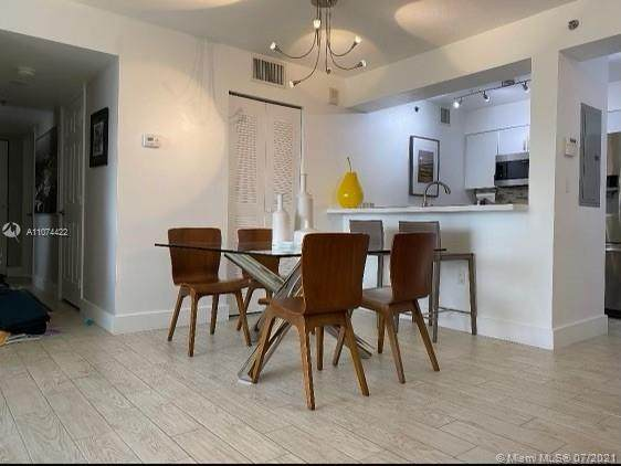 1200 Brickell Bay Dr #3824, Miami, FL 33131 (MLS #A11074422) :: Berkshire Hathaway HomeServices EWM Realty