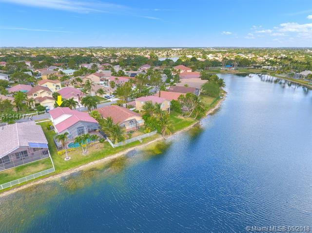 861 SW 176th Ave, Pembroke Pines, FL 33029 (MLS #A10447792) :: Stanley Rosen Group