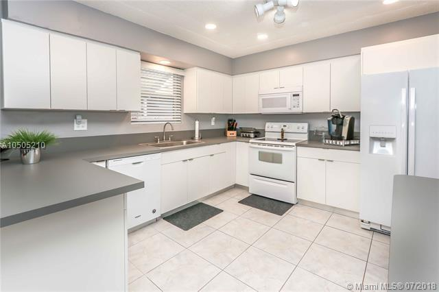 1251 Lincoln St, Hollywood, FL 33019 (MLS #A10505210) :: The Riley Smith Group
