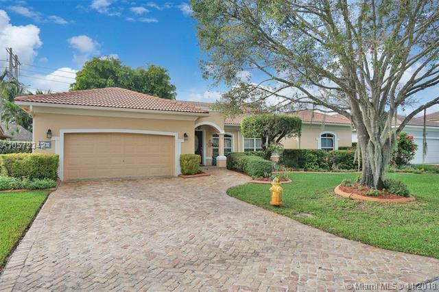 5801 E Surrey Cir E, Davie, FL 33331 (MLS #A10572342) :: The Chenore Real Estate Group