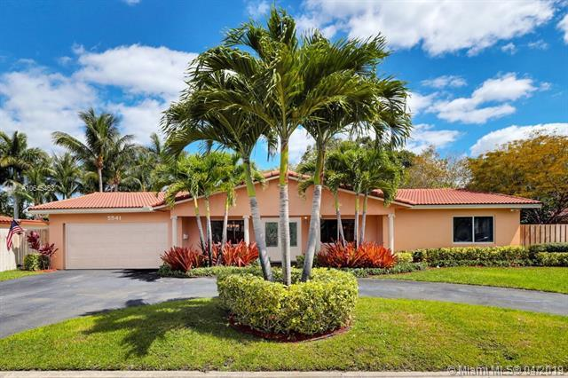 5541 SW 6th St, Plantation, FL 33317 (MLS #A10645463) :: The Teri Arbogast Team at Keller Williams Partners SW