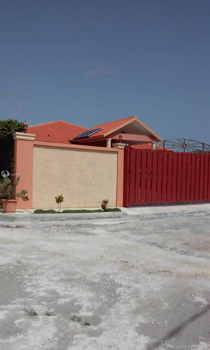 HOUSE IN CALLE 4 Esquina 7 Punta Cana - Photo 1