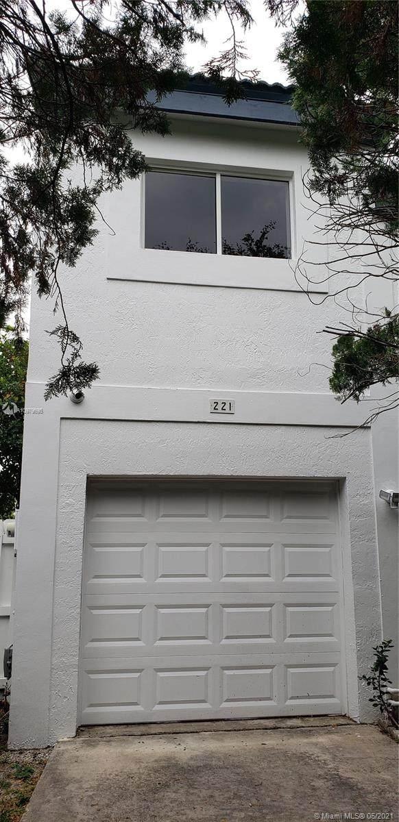 221 NE 211th St, Miami, FL 33179 (MLS #A10979695) :: Prestige Realty Group