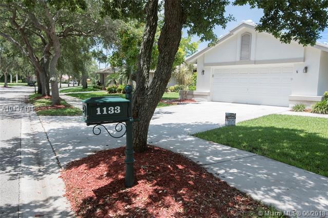 1133 Waterview Ln, Weston, FL 33326 (MLS #A10437194) :: Green Realty Properties