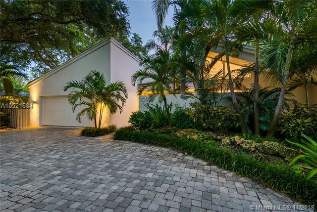 1090 NE 92nd St, Miami Shores, FL 33138 (MLS #A10521684) :: The Jack Coden Group